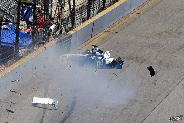 USA GP 2004: Ralf Schumacher verunfallt schwer nach einem Reifenschaden - Foto: Sutton