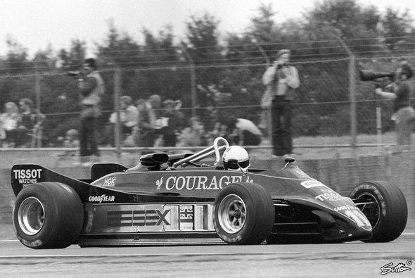 Ohne Flügel - der pechschwarze Lotus 88. - Foto: Sutton