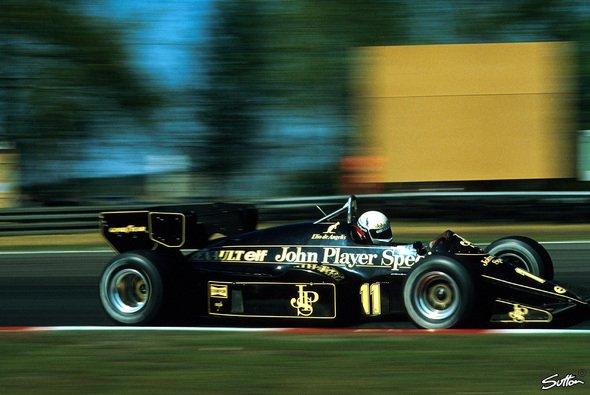 Elio de Angelis in seinem Lotus 95t - Foto: Sutton