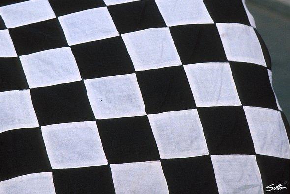 Bald fällt die erste Flagge in der ADAC GT Masters. - Foto: Sutton