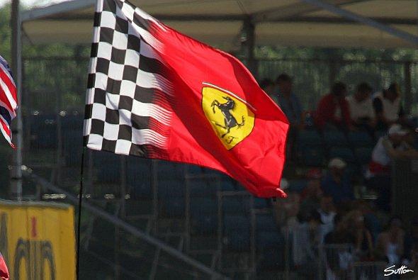 Noch weht die rote Flagge im Wind. - Foto: Sutton