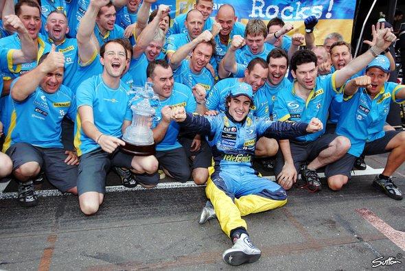 Fernando Alonso und das Renault-Team feiern den Sieg beim Deutschland GP am Hockenheimring 2005. Wer von beiden hat in dieser Saison Grund zum Jubeln? - Foto: Sutton