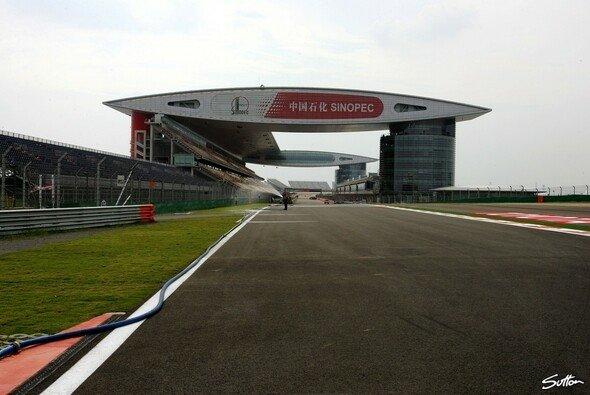 Die futuristische Haupttribüne bildet des Tor zur F1-Welt. - Foto: Sutton