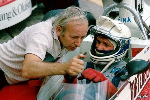 Wie in alten Zeiten - für Filmaufnahmen klettert Jochen Mass wieder ins F1-Cockpit