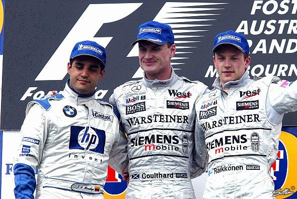 Während Coulthard über den überraschenden Sieg strahlt, ist Juan Pablo Montoya sichtlich geknickt. - Foto: Sutton