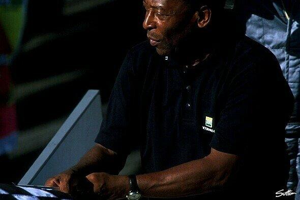 Fußball-Legende Pelé brauchte etwas, bis er die Zielflagge schwenkte - Foto: Sutton