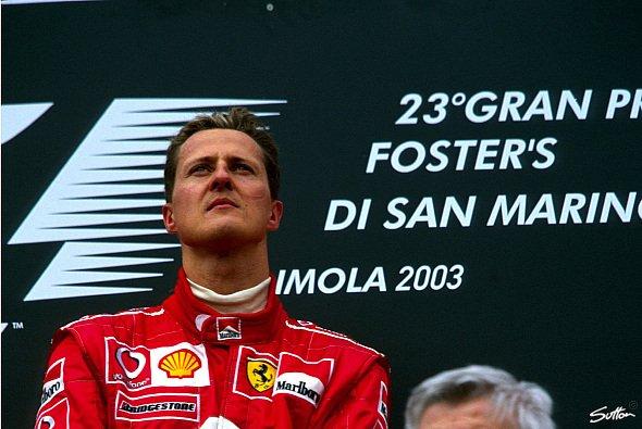 Michael Schumacher auf dem Podium von Imola 2003 - Foto: Sutton