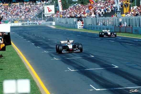 McLaren feierte 1998 einen kontroversen Doppelsieg im Albert Park - Foto: Sutton
