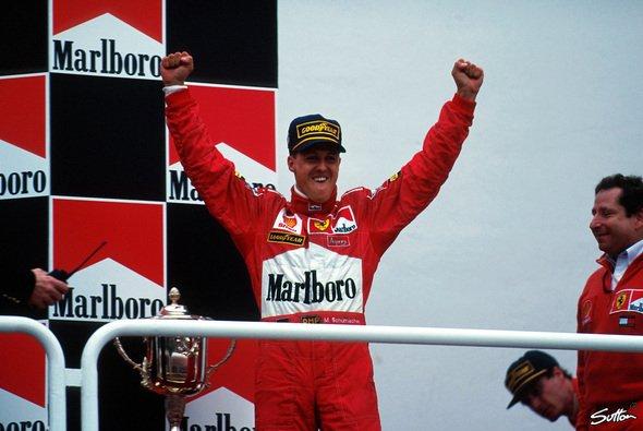 Trotz einer Kollision mit David Coulthard nimmt Michael Schumacher beim GP von Argentinien auf dem obersten Treppchen Platz. - Foto: Sutton