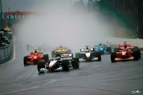 Start in den F1-Regen-Klassiker Spa 1998 - Foto: Sutton
