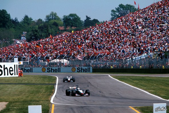 GP von San Marino 1998: David Coulthard liegt in Front - Foto: Sutton