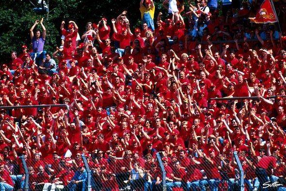 In den 1990er sorgten Schumi-Fans für volle Tribünen am Hockenheimring - Foto: Sutton