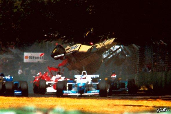 Martin Brundle kam bei diesem Unfall mit dem Schrecken davon. - Foto: Sutton