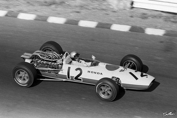 Ginther gewinnt das erste Rennen für Honda.