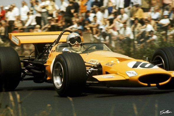 Bruce McLaren nimmt 1969 den Großen Preis von Deutschland in Angriff