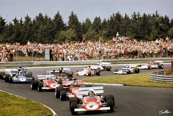 Startphase 1972 - Ickx voran: Eines von so vielen großen F1-Rennen auf der Nordschleife - Foto: Sutton