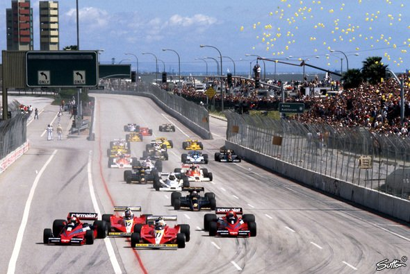 Start zum USA GP in Long Beach 1978. Carlos Reutemann (Nr. 11) kommt im Ferrari von der Pole, Teamkollege Gilles Villeneuve (12), John Watson (2) und Weltmeister Niki Lauda (rechts) bedrängen ihn. - Foto: Sutton