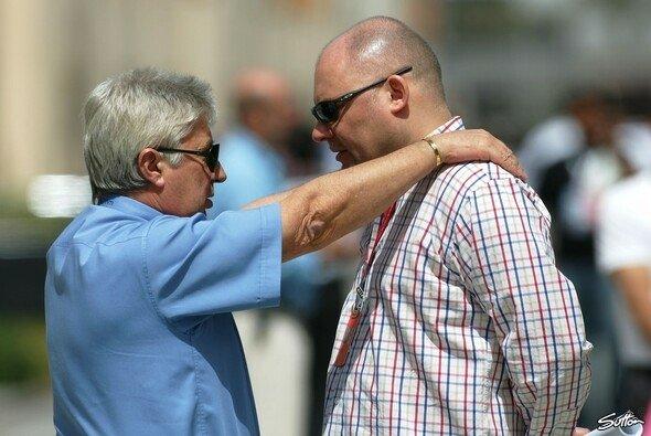 Matt Bishop (rechts, mit Charlie Whiting) geht von F1 Racing zu McLaren. - Foto: Sutton