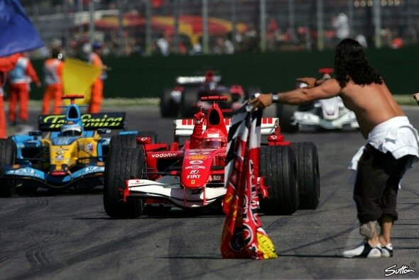 2006: Michael Schumacher besiegt Fernando Alonso in Imola - Foto: Sutton