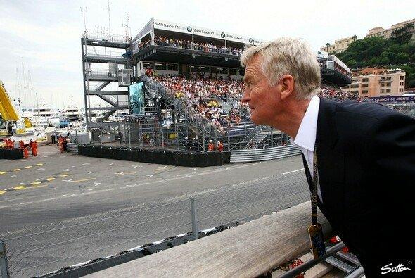 Max Mosley bekennt, dass 40 Jahre Formel 1 seinem Gehör nicht gut bekommen sind