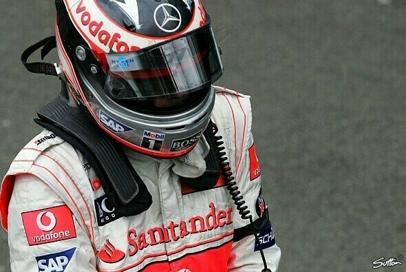 Fernando Alonso trug am Renntag eine schwarze Armbinde - Foto: Sutton