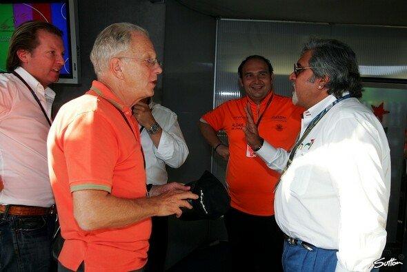 Spyker F1 ist nun in den Händen von Vijay Mallya (ganz rechts) und Michiel Mol (ganz links) - Foto: Sutton