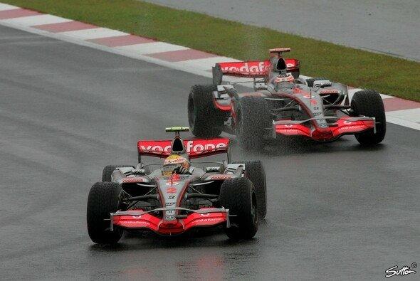 Hamilton siegte, Alonso schied aus. - Foto: Sutton
