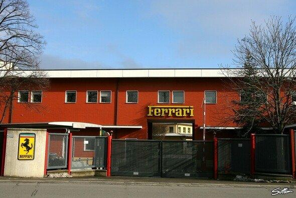 Die Tore des Ferrari-Werkes in Maranello bleiben vorerst zu - Foto: Sutton