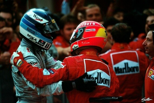 Good times: Häkkinen und Schumacher in Japan 1999 - Foto: Sutton