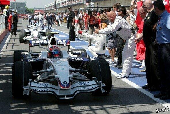 Triumphator Robert Kubica kehrt nach dem Rennen zurück in die Box - Foto: Sutton