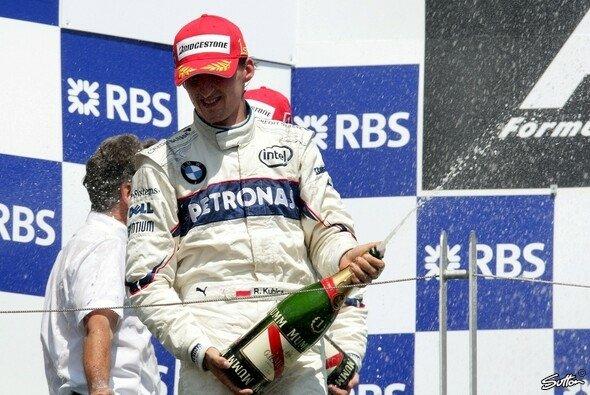 Robert Kubica ließ sich die Champagnerdusche nach seinem Formel-1-Sieg 2008 in Montreal nicht nehmen - Foto: Sutton