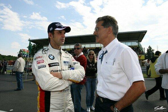BMW-Motorsportdirektor Mario Theissen mit Jörg Müller - Foto: Sutton