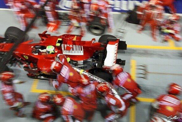 Felipe Massa verlässt 2008 in Singapur die Box - mit Tankschlauch - Foto: Sutton
