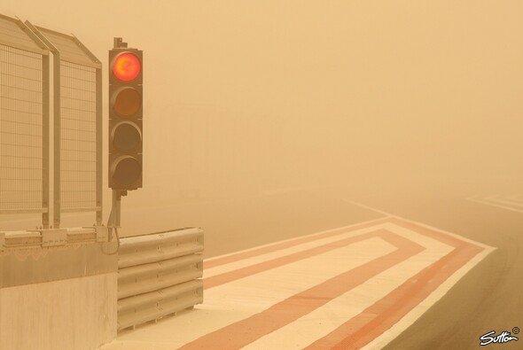Auch wenn diesmal kein Sandsturm verantwortlich ist - die Ampel in Bahrain bleibt trotzdem rot - Foto: Hartley/Sutton