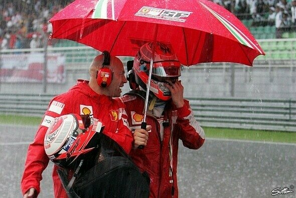 Kimi Räikkönen nach dem Abbruch in Malaysia 2009 - Foto: Sutton