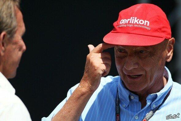 Gewohnt kritisch - von verstellbaren Heckflügeln hält Niki Lauda augenscheinlich wenig - Foto: Sutton