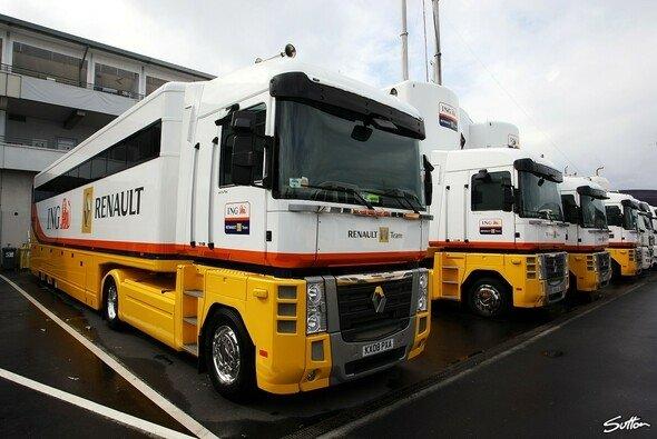 Die Renault-Lkw parken im Fahrerlager der permanenten Strecke. - Foto: Sutton