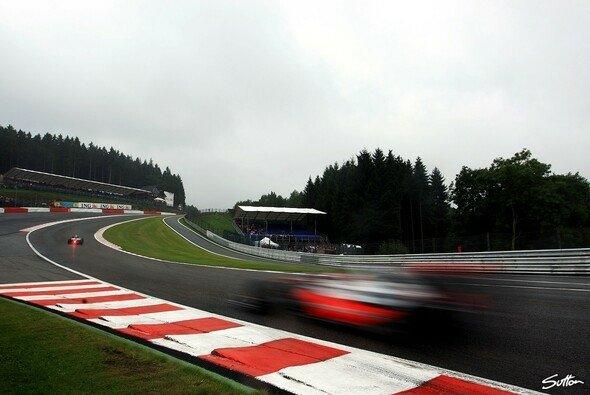 McLaren fuhr schnell durch Eau Rouge. - Foto: Sutton