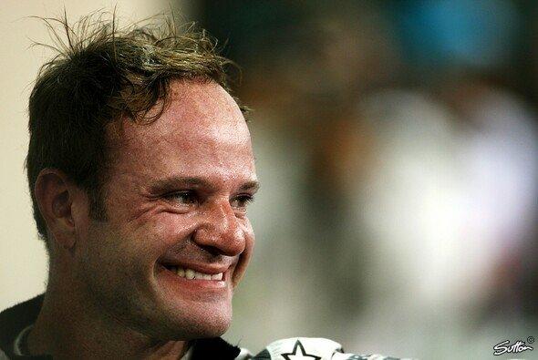 Rubens Barrichello ist bei der All-Star Esports Series im Legendenrennen erfolgreich - Foto: Sutton
