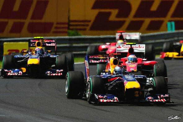 Mark Webber schnappte sich den Sieg vor Alonso und Vettel - Foto: Sutton