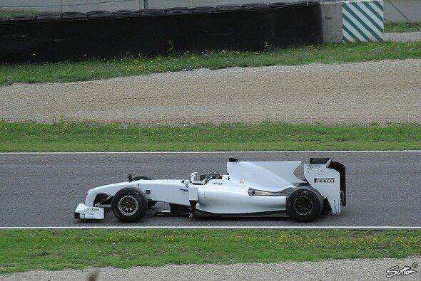 Pirelli würde gerne wie 2010 mit einem eigenen Testauto fahren, um sich für 2017 zu wappnen - Foto: Sutton