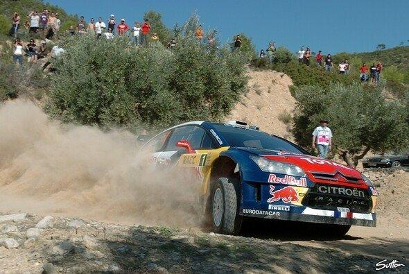 Alles im Griff: Sébastien Loeb weiter auf dem Weg zum 7. Saisonsieg. - Foto: Sutton