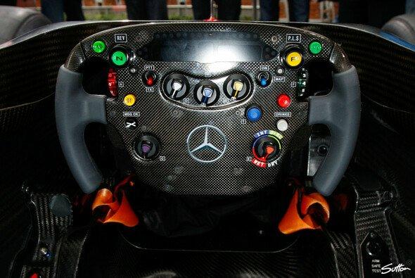 Schalter und Knöpfe en masse - das Lenkrad des McLaren MP4-26
