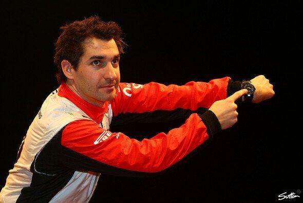 Timo Glock muss sich gedulden, bis er das neue Marussia-Auto fahren darf - Foto: Sutton
