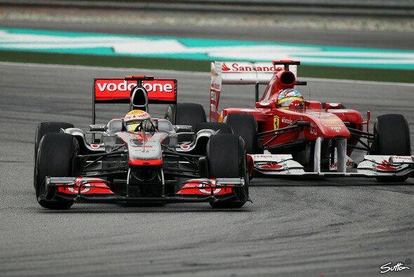 Lewis Hamilton und Fernando Alonso kämpften im Malaysia GP 2011 mehrfach gegeneinander - Foto: Sutton