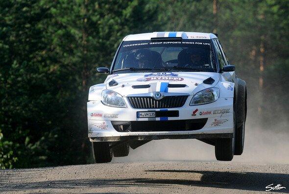 Sepp Wiegand nimmt in einem Skoda Fabia S2000 Platz