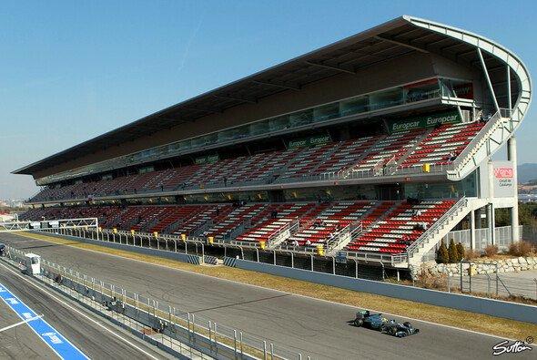 Auch 2013: Nico Rosberg gibt im Schatten der leeren Haupttribüne von Barcelona Gas