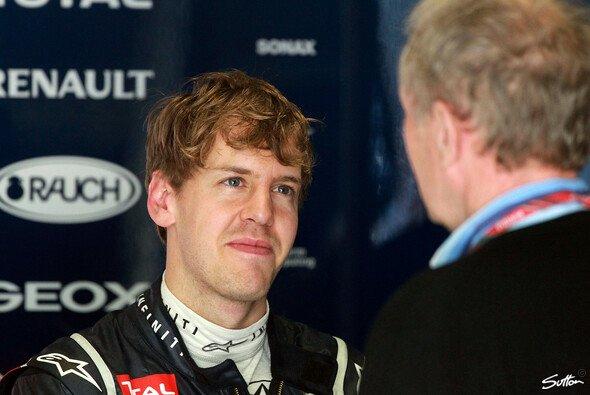 Sebastian Vettel und Helmut Marko freuen sich über die erste Pole des Jahres - Foto: Sutton