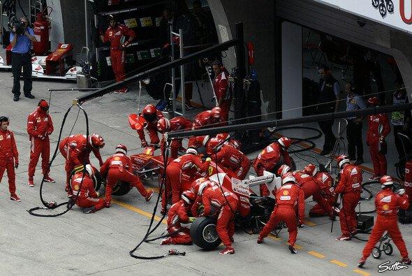 Die Boxenstoppps bei Ferrari gehen kaum noch schneller - Foto: Sutton