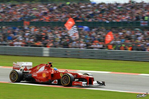 Den Fans konnte das Wetter in Silverstone nicht die Laune verderben - sie erschienen trotzdem zahlreich
